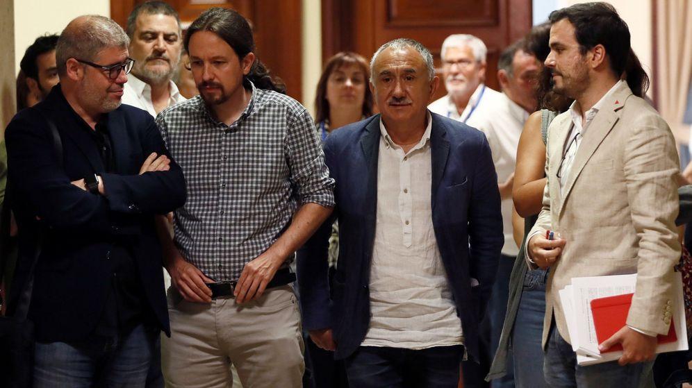 Foto: Pablo Iglesias y Alberto Garzón con responsables sindicales. (EFE)