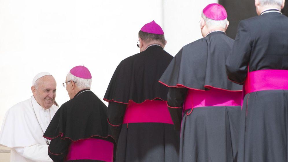 Foto: El papa Francisco saluda a varios obispos. (Efe).