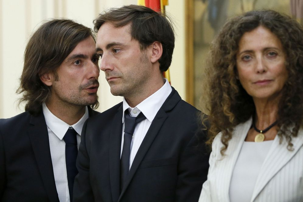 Foto: Méndez de Vigo recibe a la familia de Ángel Nieto. (Foto: EFE)