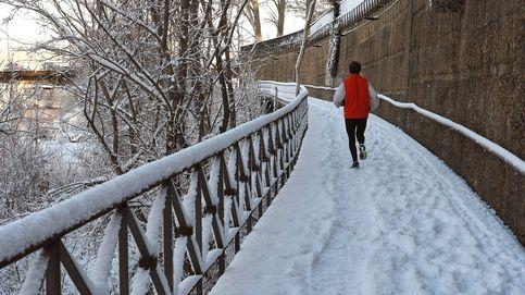 La ola de frío y las nevadas llegan a media España: calles heladas y carreteras cortadas