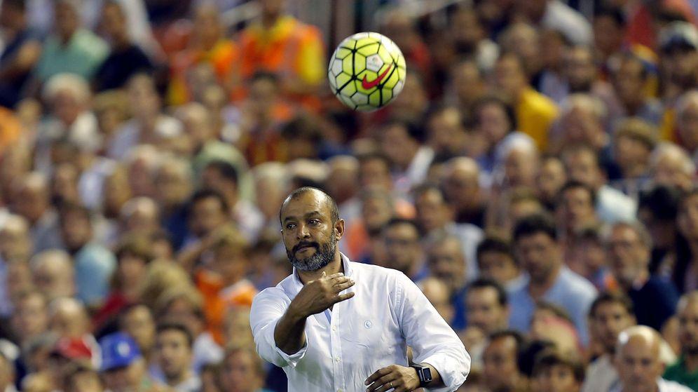 Foto: La grada de Mestalla señala a Nuno como culpable de los malos resultados del equipo (EFE)