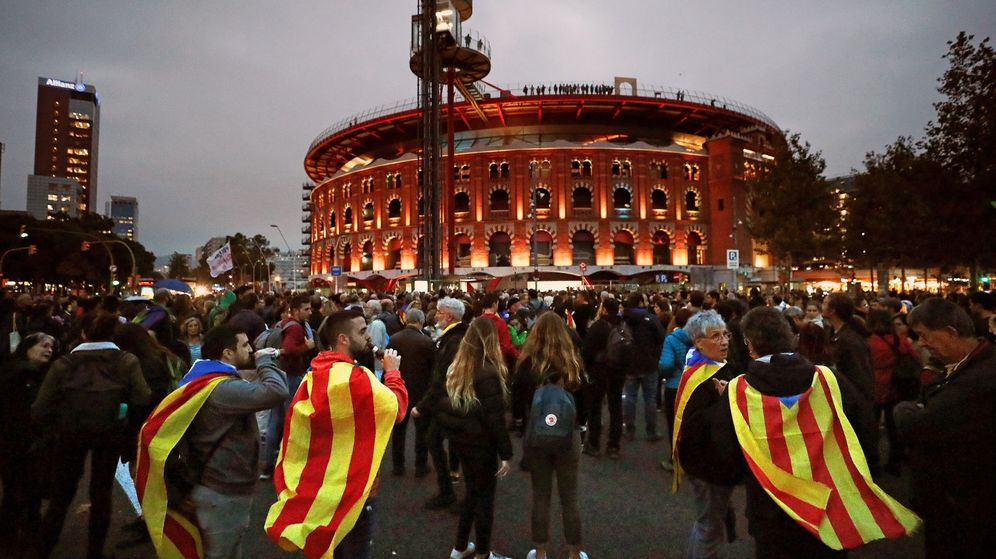 Foto: Centenares de personas se concentran este martes en la plaza de España de Barcelona. (EFE)