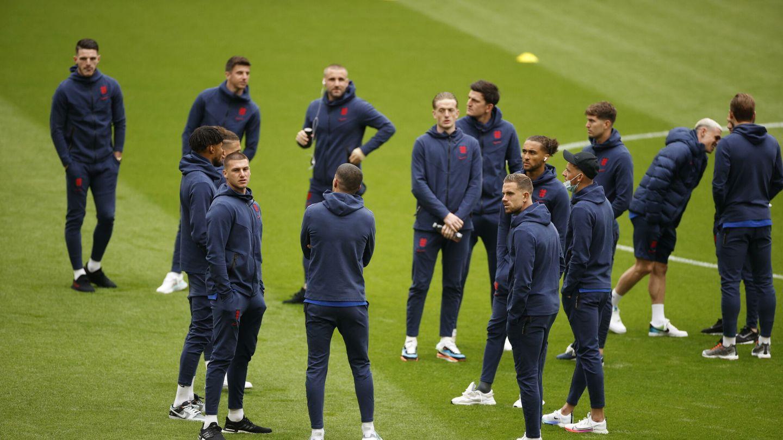 Los jugadores ingleses, comprobando el césped. (EFE)