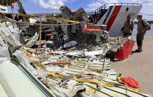 El avión de AirAsia sufrió una explosión antes de estrellarse en el mar