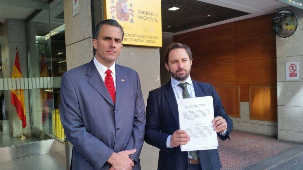 Foto: Javier Ortega, acompañado de Santiago Abascal. (EP)