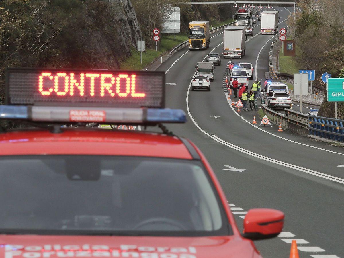 Foto: Control de tráfico simultáneo de la Policía Foral y de la Ertzaina. (EFE)