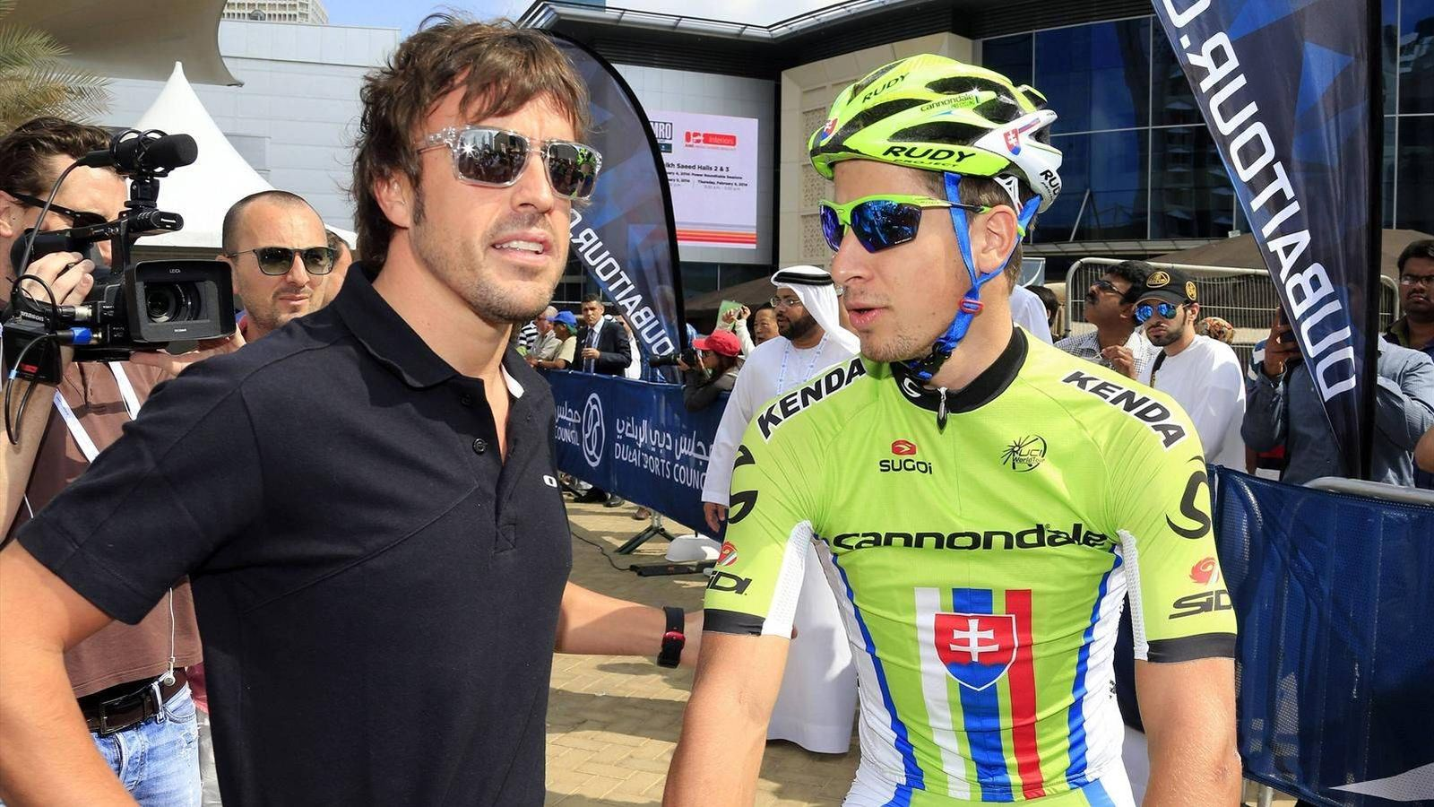Foto: Alonso talks with Peter Sagan, Slovak professional cycling racer. (Reuters)