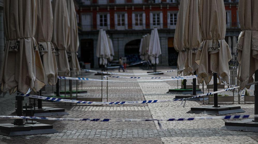Foto: Terrazas cerradas en la plaza Mayor de Madrid. (EFE)