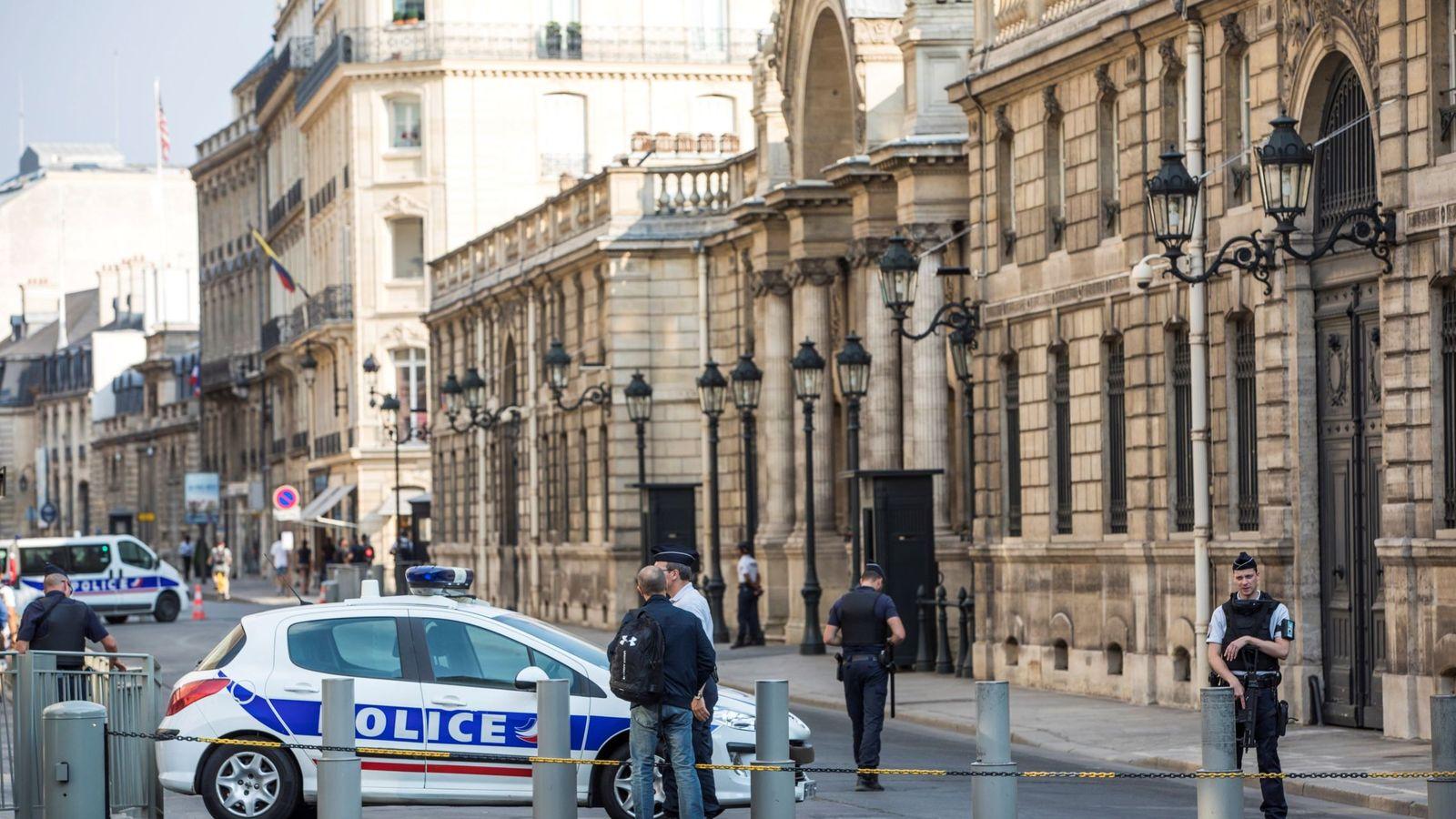 Foto: La policía registra el despacho de exjefe de seguridad en el Elíseo (Efe)