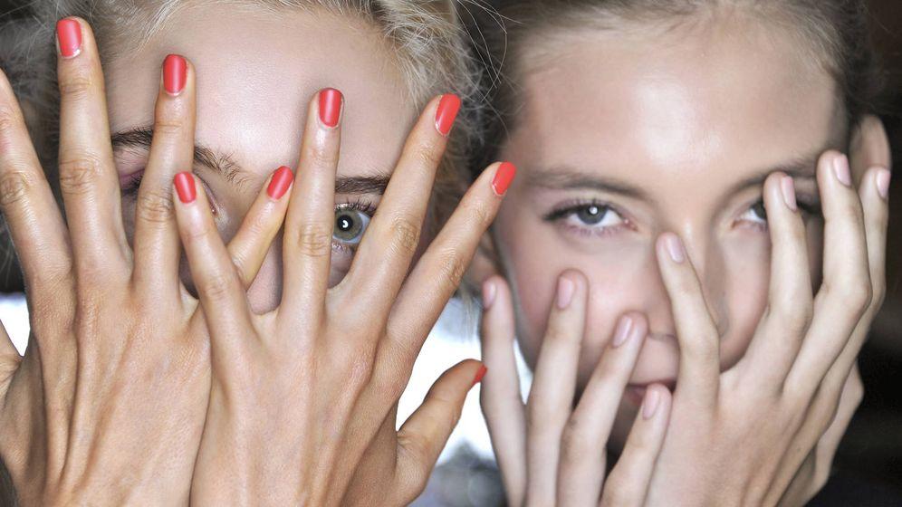 Foto: Una piel con poros dilatados sufre ante el espejo. (Imaxtree)