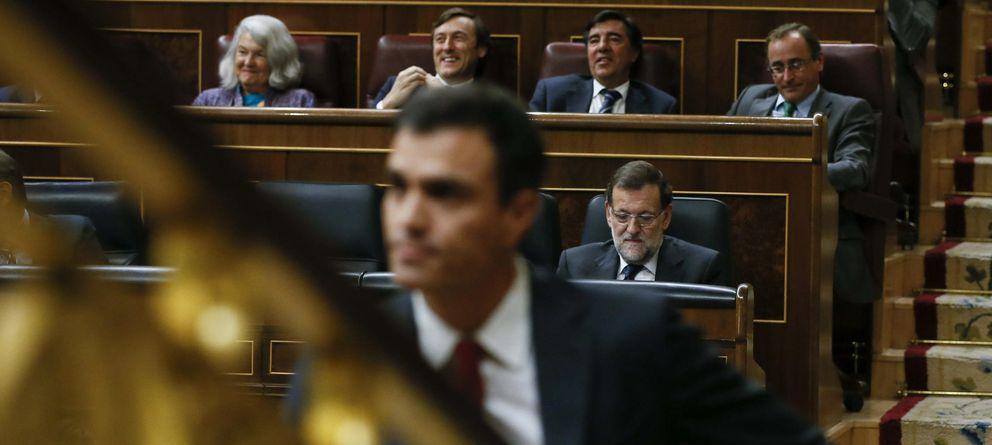 Foto: El secretario general del PSOE, Pedro Sánchez (i), sube las escaleras del hemiciclo ante la bancada del Gobierno. (EFE)