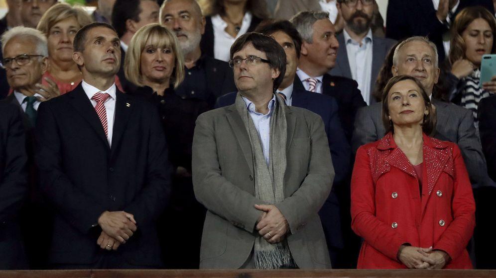 Foto: Puigdemont y Forcadell, en el palco de Montilivi. (EFE)