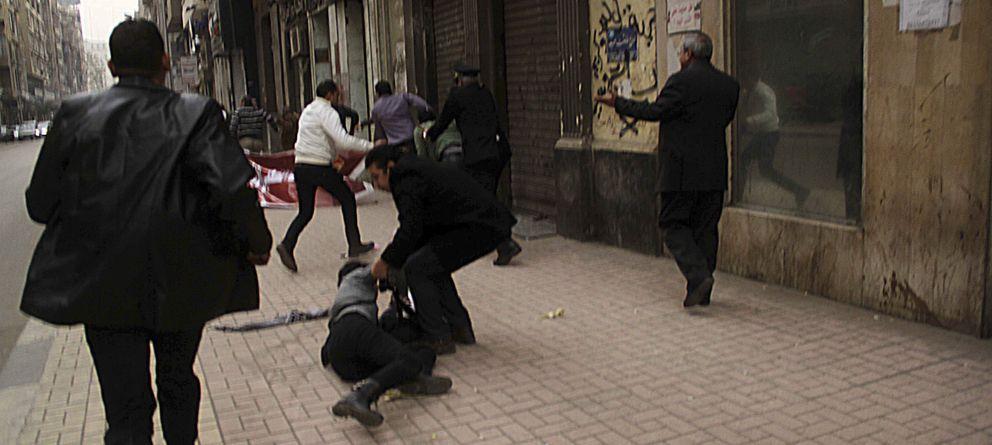 Foto:  Imagen donde puede verse como Shaimaa cae al suelo tras ser disparada (Reuters)