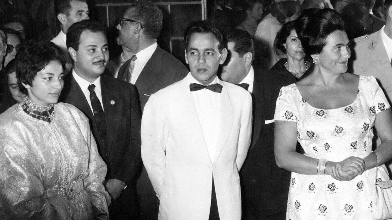 La princesa Lalla Malika, junto a su marido y el rey Hassan II en 1961. (Alamy)