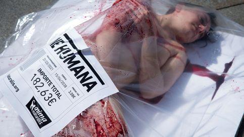 Gente envasada en bandejas de carne gigantes