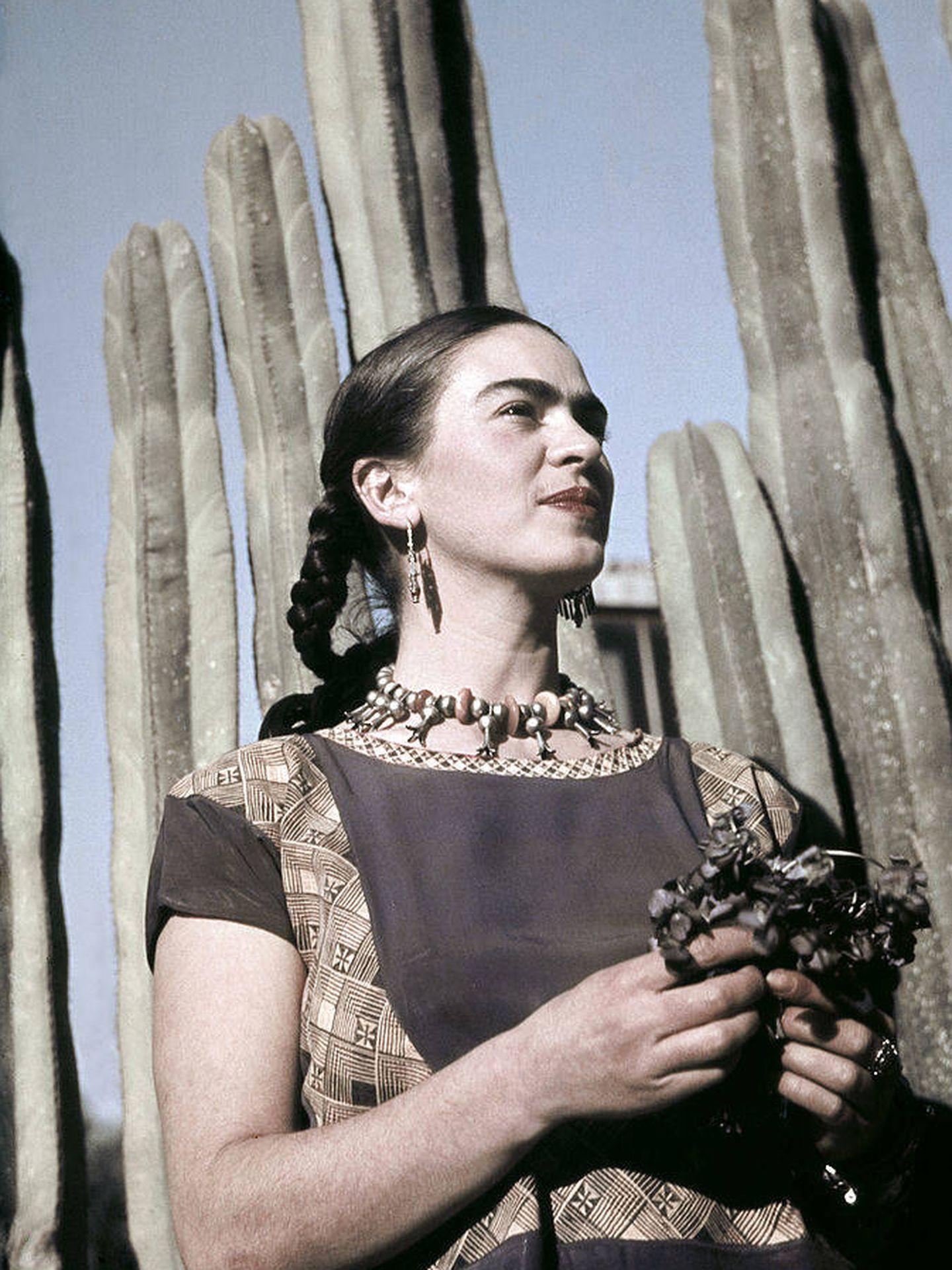 Frida Kahlo posa en la casa estudio que compartía con Diego Rivera en México. (Getty)