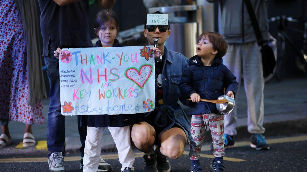 Foto: Una madre y sus hijos, en Chelsea. (Reuters)