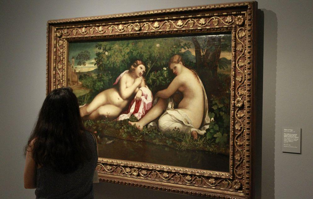 Foto: Una mujer observa 'Dos ninfas en un paisaje', de Palma el Viejo (Efe)