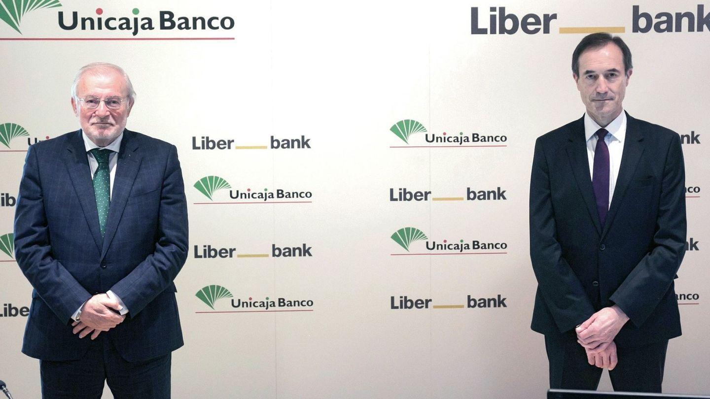 El presidente de Unicaja Banco, Manuel Azuaga (i), y el CEO de Liberbank, Manuel Menéndez (d).