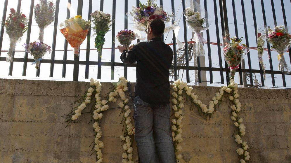 Foto: Familiares y víctimas del 11-M colocan flores en la calle Téllez de Madrid. (Efe)