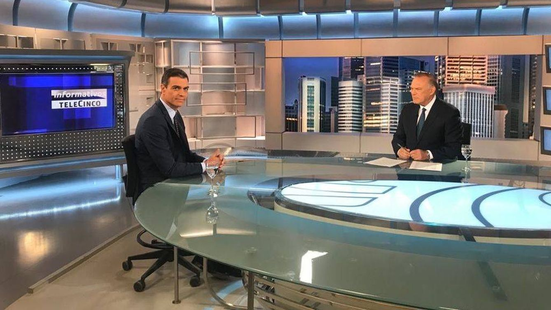 Foto: Pedro Sánchez y Pedro Piqueras en el plató de 'Informativos Telecinco'. (Mediaset España)