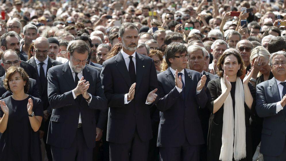 Foto: El rey Felipe VI, entre el presidente del Gobierno, Mariano Rajoy, y el presidente de la Generalitat, Carles Puigdemont, en Barcelona. (EFE)
