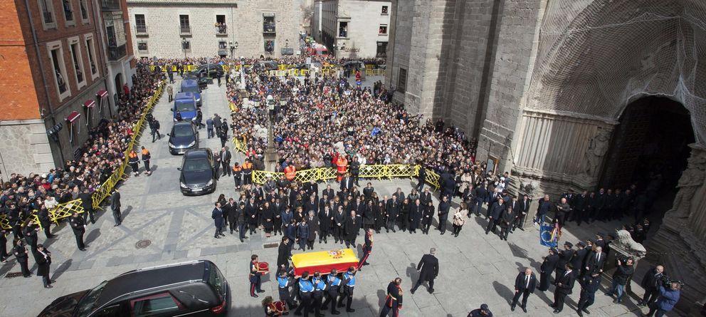Foto: El féretro de Adolfo Suárez, a su llegada a la catedral el 25 de marzo. (Efe)