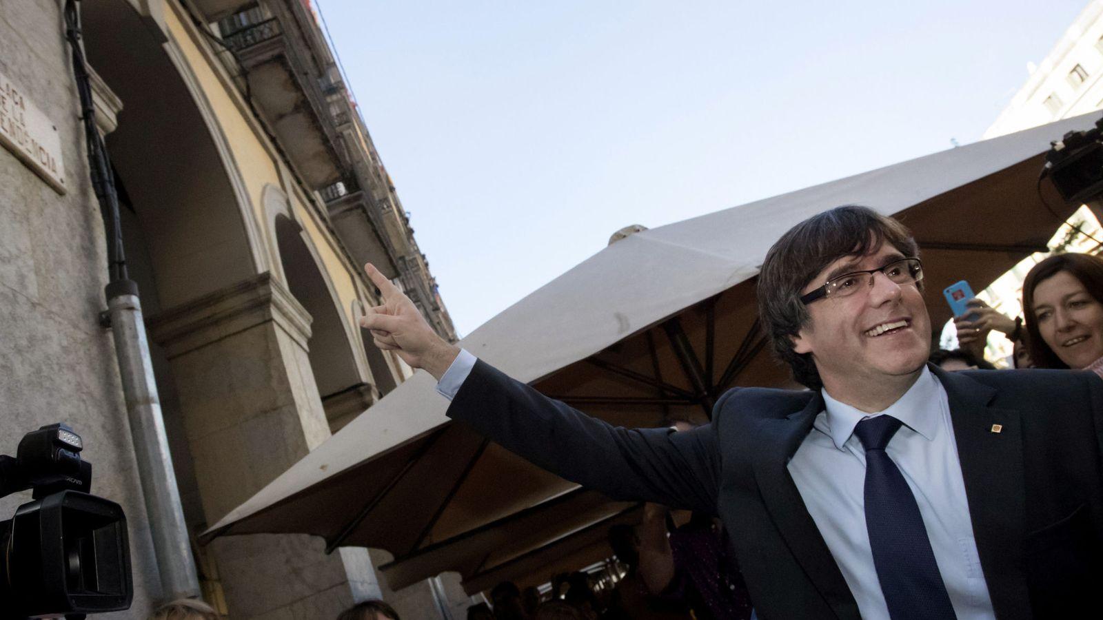 Foto: El presidente cesado de la Generalitat de Cataluña, Carles Puigdemont, a su salida de un restaurante de Girona. (EFE)
