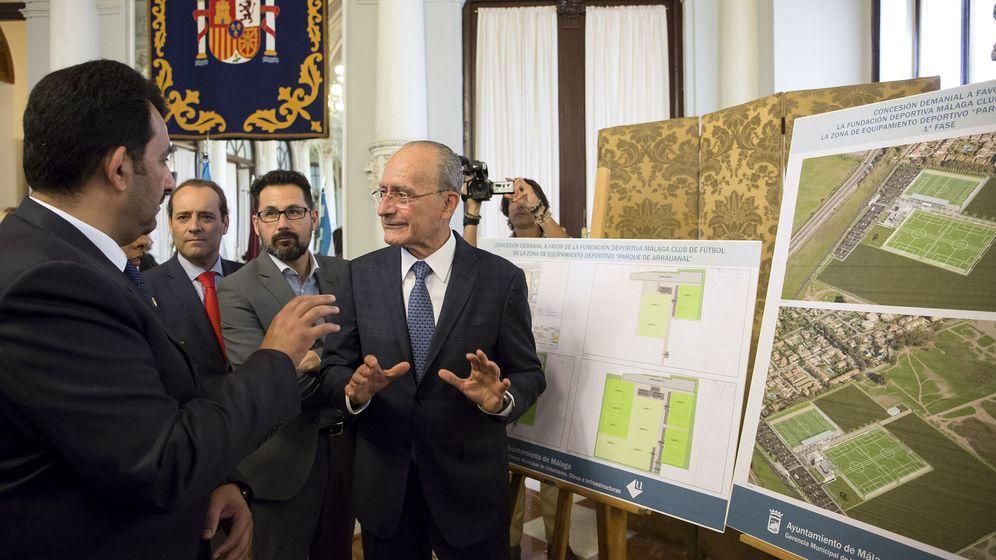 Foto: El jeque Al Thani tras formalizar en mayo de 2017 la concesión de los terrenos municipales de Arraijanal como 'La Academia' (Ciudad Deportiva) del Málaga CF (Efe).