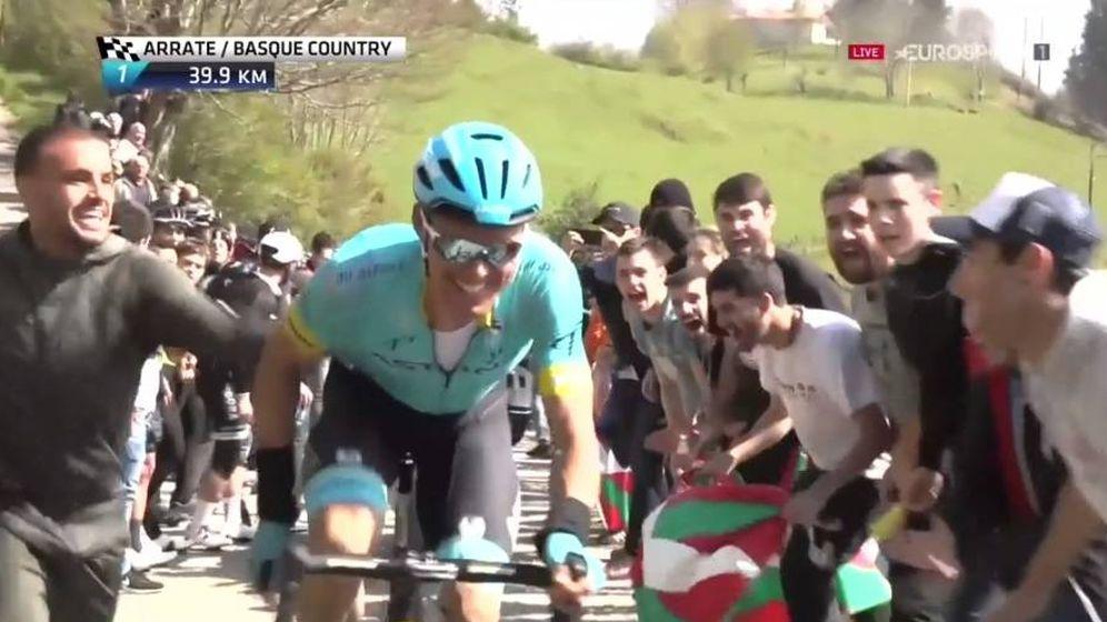 Foto: Pedro León, dando ánimos a su hermano en plena Vuelta al País Vasco