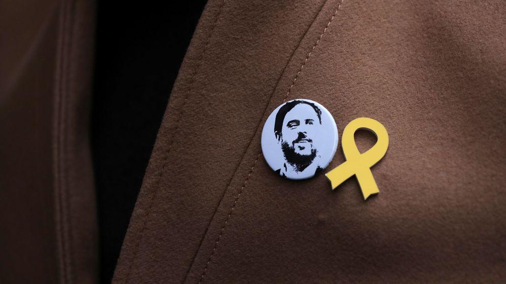 Foto: Un pin con la cara de Junqueras y otro con un lazo amarillo, en la solapa de Gabriel Rufián. (Reuters)