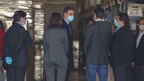 Sánchez, por primera vez con mascarilla en una visita a una fábrica de respiradores