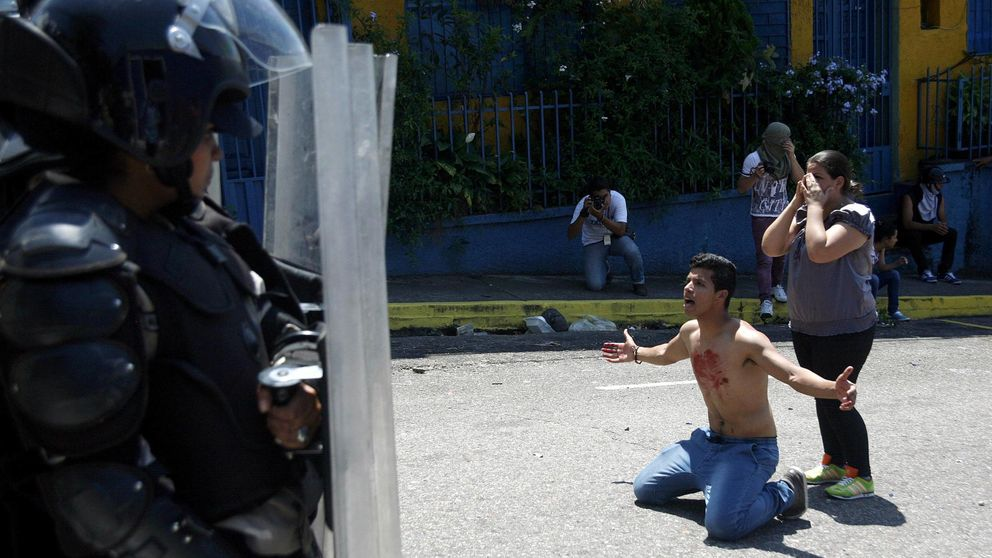 El asesinato de un adolescente en una protesta acorrala a Maduro