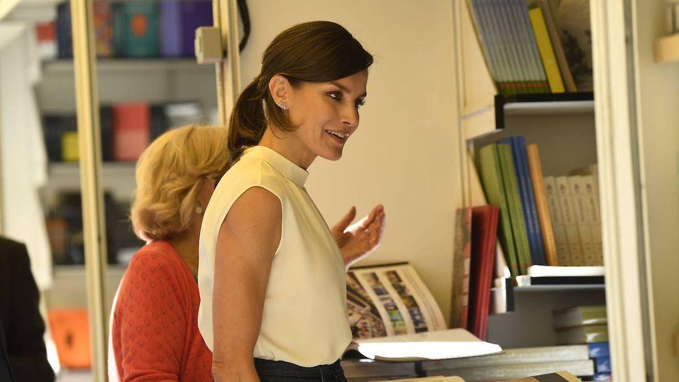 La reina Letizia inaugura la Feria del Libro con un look working perfecto