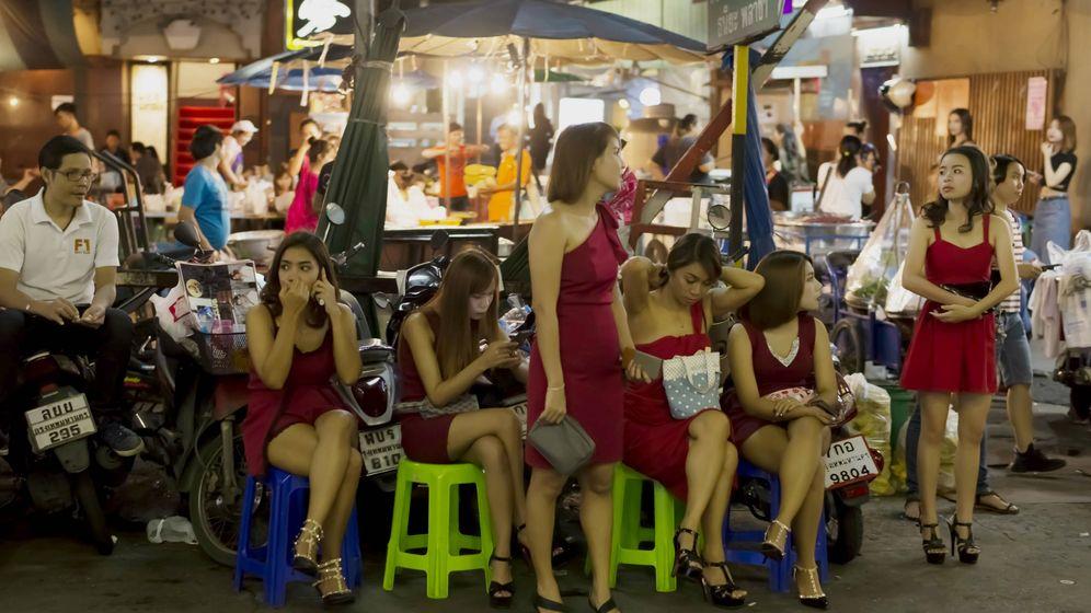 Foto: Chicas de compañía especializadas en clientes japoneses en el barrio de Thaniya, en Bangkok. (Foto: Alberto Corzo)