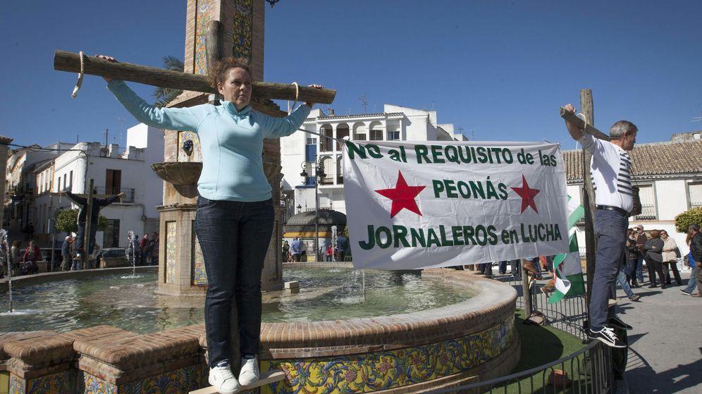 Foto: Miembros del Sindicato Andaluz de Trabajadores, en una protesta en 2015 por la eliminación de las peonadas. (EFE)
