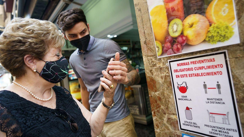 Foto: Personal de una cafetería de Tenerife comprueba el certificado covid. (EFE)