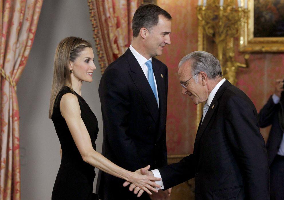 Foto: Fainé saluda a doña Letizia y don Felipe. (Efe)
