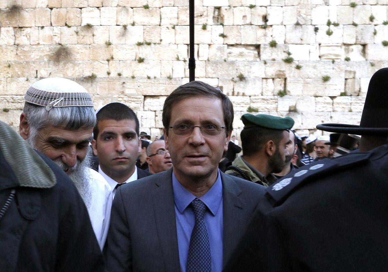 Foto: El líder laborista, Isaac Herzog, en una reciente visita al Muro de las Lamentaciones, en Jerusalén (Reuters)
