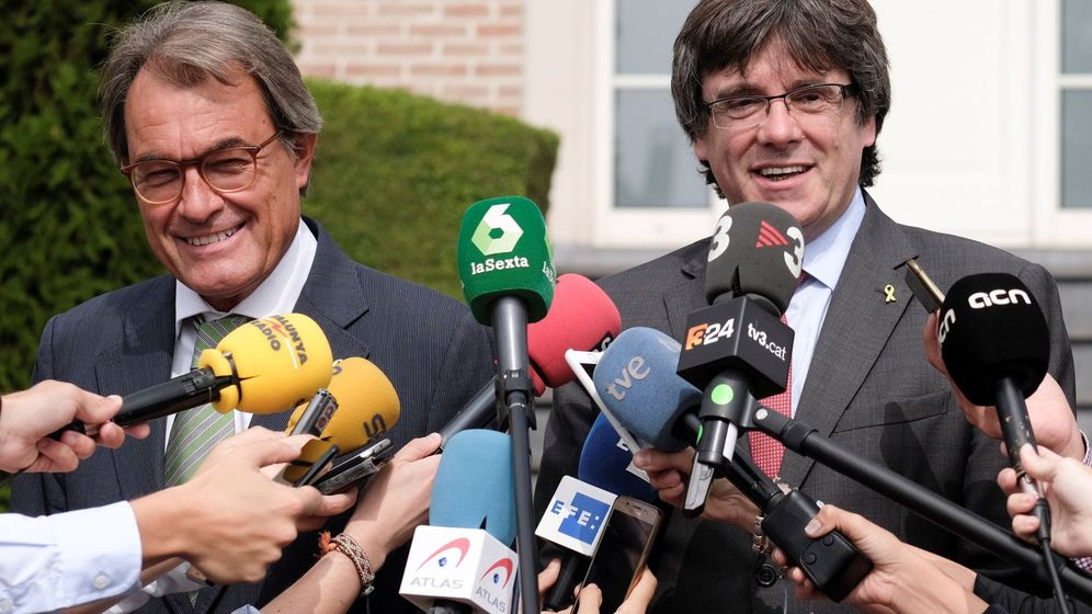 Foto: Los expresidentes catalanes Artur Mas (i) y Carles Puigdemont (d) se dirigen a los medios de comunicación tras una reunión en Waterloo. (EFE)