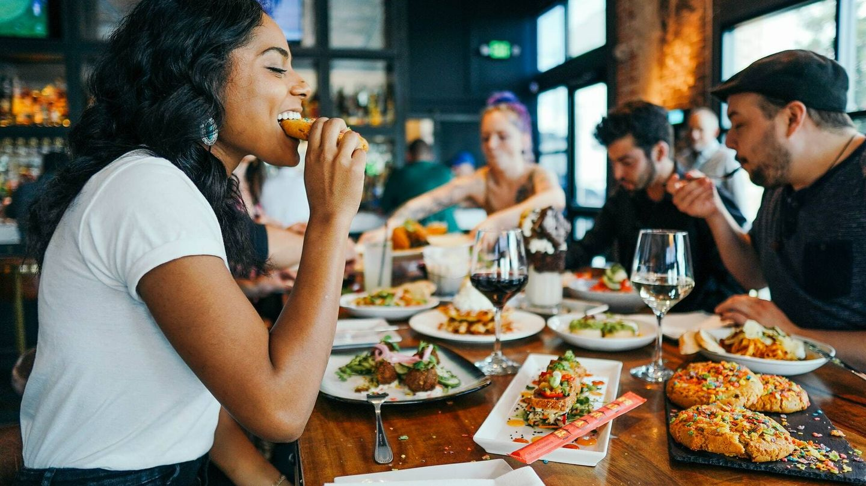 Una menor ingesta de alimentos puede fomentar la deshidratación y los niveles bajos de azúcar en sangre (Unsplash)