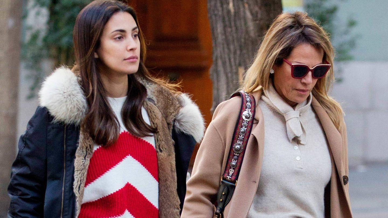 Sassa de Osma, junto a su madre de paseo por Madrid. (Lagencia Grosby)