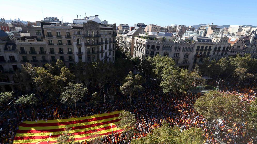 Foto: Miles de personas se concentran en el Paseo de Gracia (Foto: Efe)