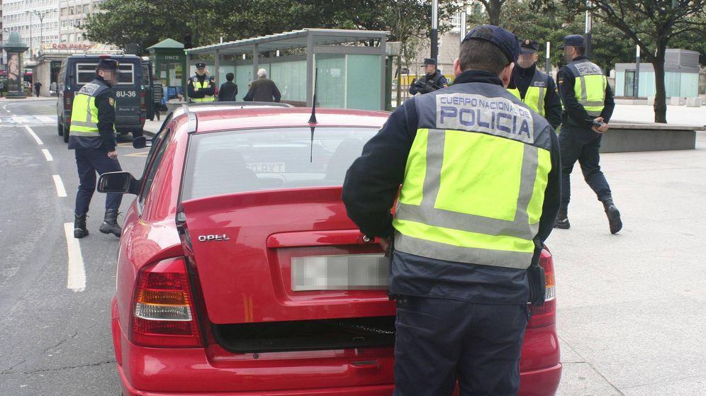 Foto: Varios agentes revisan un vehículo en un control policial. (EFE)