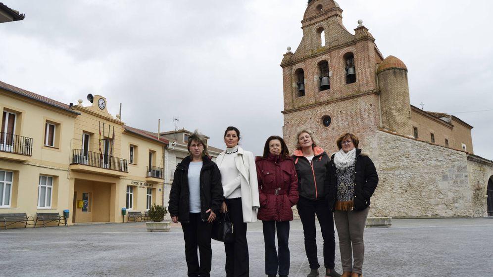 Foto: La alcaldesa de Remondo (centro) y cuatro de sus cinco concejalas. (M. Z.)
