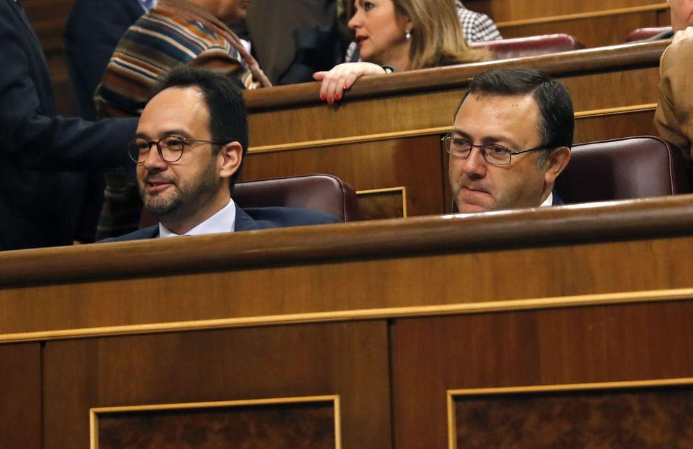 Foto: Antonio Hernando y Miguel Ángel Heredia, portavoz y secretario general del Grupo Socialista, este 5 de abril en el Congreso. (EFE)