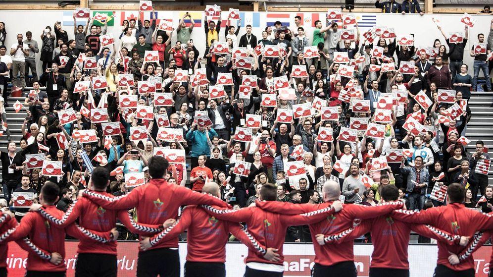 Foto: Los aficionados groenlandeses llenaron el pabellón para ver el debut de su selección. (Grønlands Håndbold Forbund)