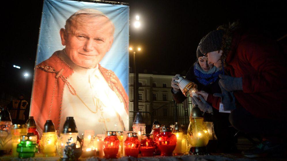 Foto: Altar en Varsovia (Polonia) en homenaje al papa Juan Pablo II. (Efe)
