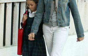 Nuria Gónzalez, junto a sus hijos en su primer día de cole