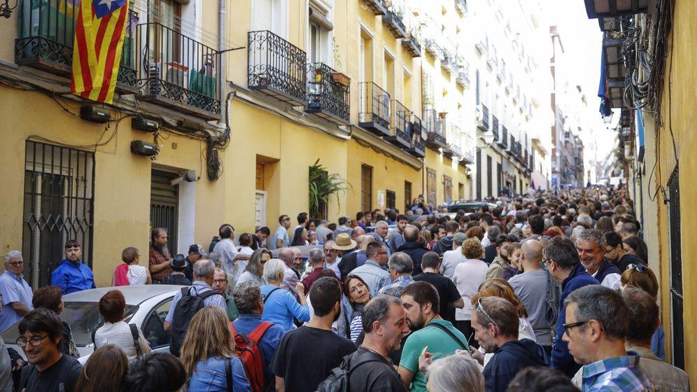 Foto: Cientos de personas asisten al acto a favor del referéndum en el Teatro del Barrio, en Madrid. (EFE)